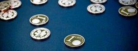 Euromünzen liegen auf dunklem Samt auf dem Tisch