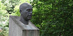 Büste / Denkmal /Stele von Wilhelm Leuschner am Leuschnerdamm in Berlin-Kreuzberg