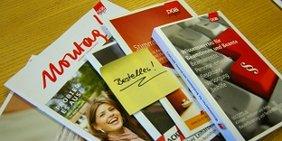 Broschüren und Zeitschriften des DGB mit eine Post-it Aufschrift bestellen