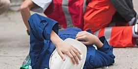 Bauarbeiter nach Arbeitsunfall mit Sanitäter