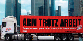 Last wagen mit riesiger Aufschrift;: Arm trotz Arbeit - Ausstellung zum gesetztlichen Mindestlohn