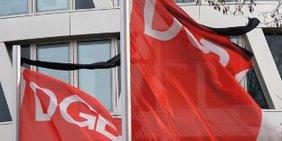 DGB Flaggen mit Trauerflor am Henriette-Herz-Platz in Berlin