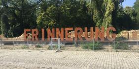 Buchstaben Erinnerung hinter Zaun