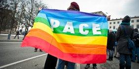 Demonstranten mit Pace-Banner auf Ostermarsch