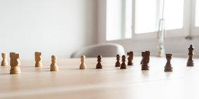 Schachfiguren auf einem Tisch
