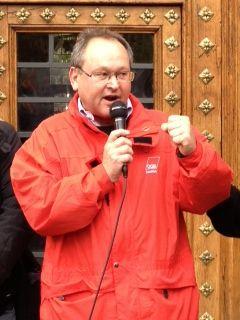Harald Fiedler spricht zu den Streikenden in Barcelona