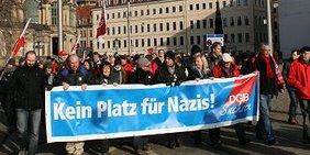 """Demonstrationszug in Dresden am 18.02.2012 mit Transparent """"Kein Platz für Nazis - DGB Sachsen"""""""