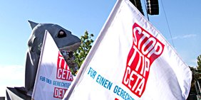 Fahne Stop TTIP CETA auf Demonstration